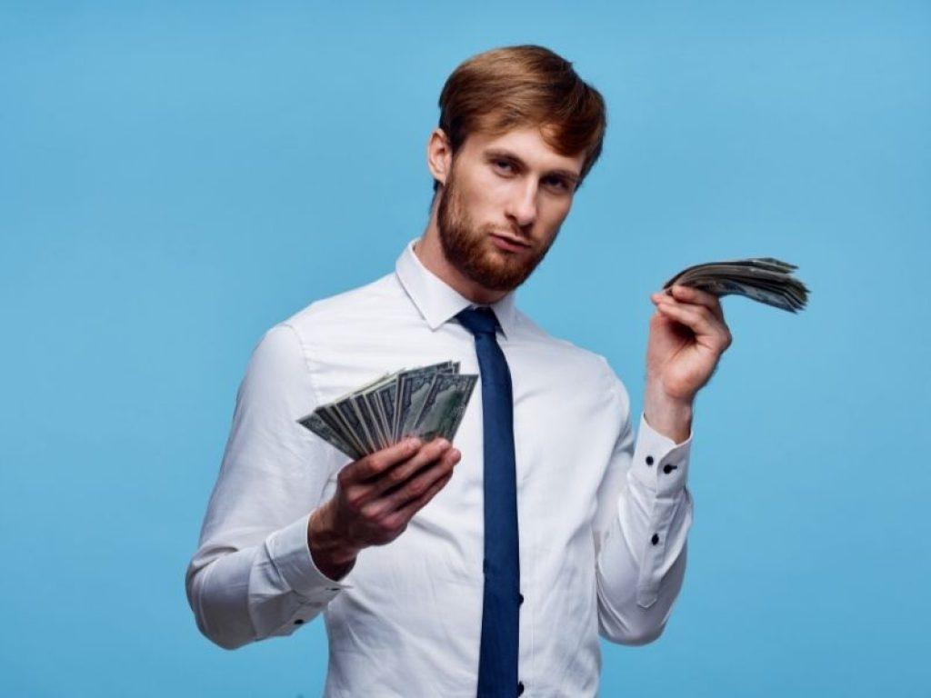increzator in privinta banilor
